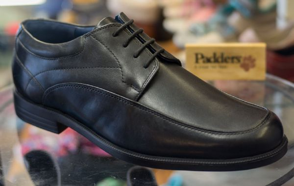 Smart black leather mens laced padders shoe.